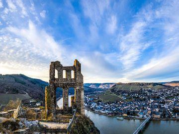 Ansicht auf die Ruine Grevenburg mit der Mosel und der Stadt Traben-Trarbach im Hintergrund.