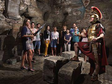 Ansicht auf eine Gruppe während der Erlebnisführung Geheimnis der Porta Nigra in Trier.
