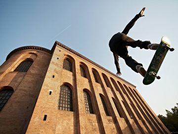 Ansicht auf ein Skateboarder vor der Konstantin-Basilika in Trier.