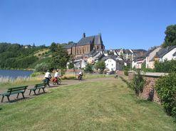 Radfahrer auf dem Saar-Radweg mit Blick auf Saarburg