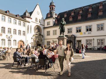 Ansicht auf ein Paar beim Stadtbummel in der Alstadt Koblenz.