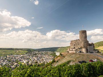 Ansicht auf die Burg Landshut und Bernkastel-Kues.