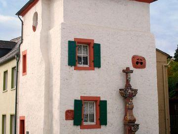 Aussicht auf ein Haus mit Türmchen in der Innenstadt Wittlichs.