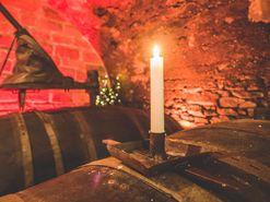 Leuchtende Kerze auf einem Weinfass