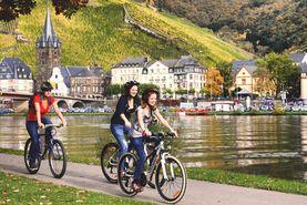 Ansicht auf eine Familie bei einer Fahrradtour auf dem Mosel-Radweg.